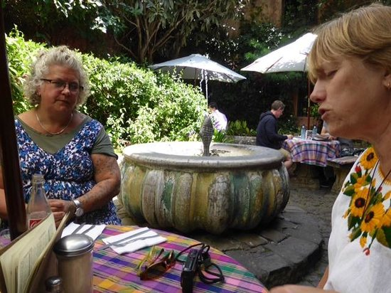 Cafe Condesa: Having a meal next to the fountain