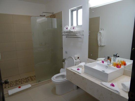 Tango Mar Beachfront Boutique Hotel & Villas: salle de bains pimpante