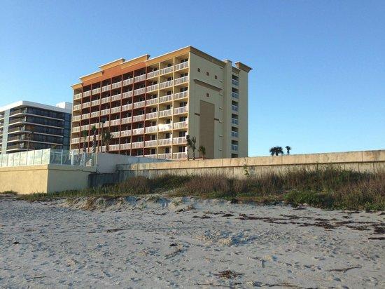 Hampton Inn Daytona Beach/Beachfront: Hotel from down the beach