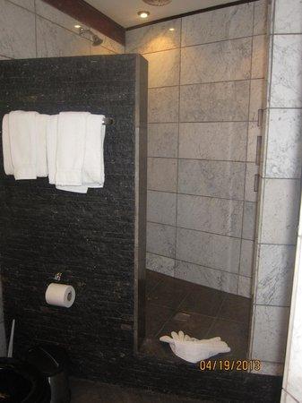 Tulemar Bungalows & Villas: Villa Mot Mot Bathroom
