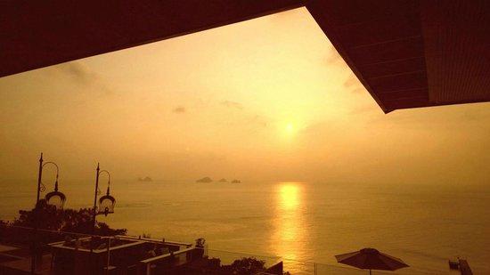 InterContinental Samui Baan Taling Ngam Resort: Sunset view from lobby