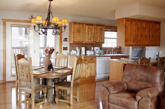Great Branson Cabins: White Tail Dining and Kitchen