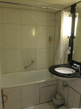 Steigenberger Airport Hotel: good water pressure shower head