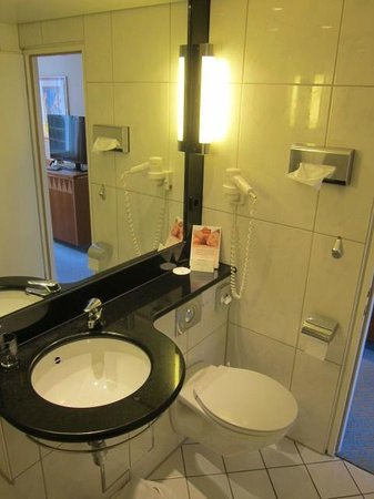Steigenberger Airport Hotel: clean bathroom