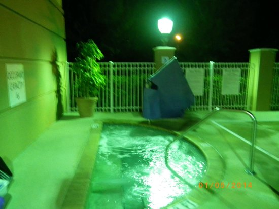 Holiday Inn Express & Suites Lakewood Ranch: Poorly lit pool areas at night