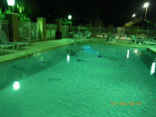 Holiday Inn Express & Suites Lakewood Ranch: No pool lights on at nite, pool area not sercured