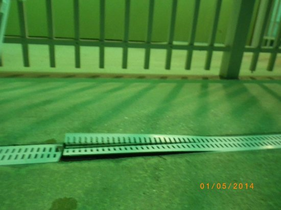 Holiday Inn Express & Suites Lakewood Ranch: More broken grate areas in dimly lit pool area
