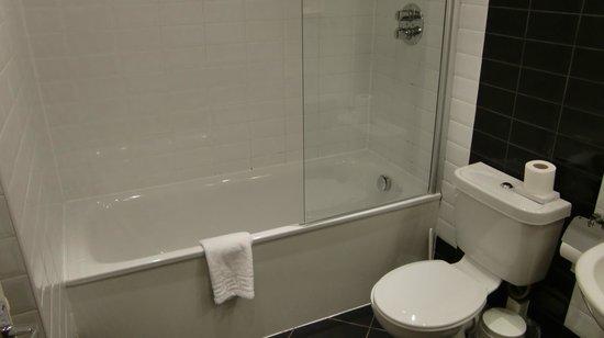 Cairn Hotel Edinburgh: バスルームとトイレ
