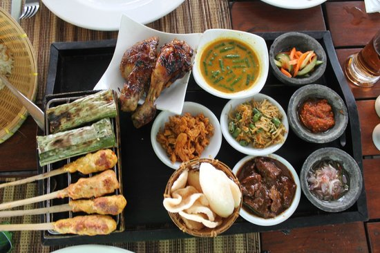 Rama Candidasa Resort & Spa: lunch at the restaurant