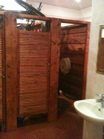 DA! Hostel: туалет