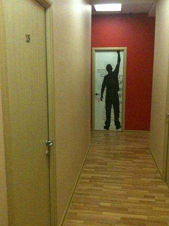 DA! Hostel: коридор, вход в мужской туалет