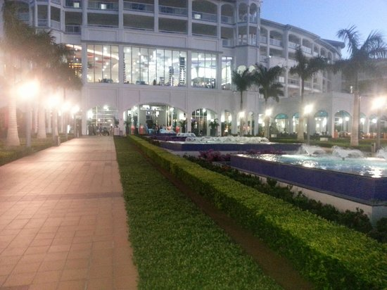 Hotel Riu Palace Costa Rica: Rear view of the Palace in the evening