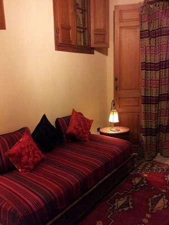 Riad Dar Cordoba: Iraqui Suite - Additional sofa in the room. Opposite was a study table.