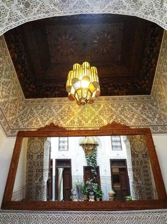Riad Dar Cordoba: The ceiling above a cozy corner on one side of the courtyard.