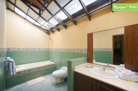 Kumpul Kumpul Villa I Double Six: Bathroom