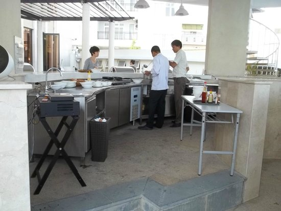 Holiday Beach Danang Hotel & Resort: The breakfast cooking station by the pool