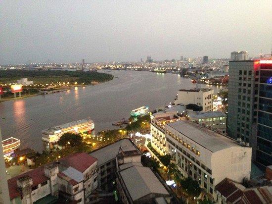 Grand Hotel Saigon: 屋上バーからのサイゴン川の眺め