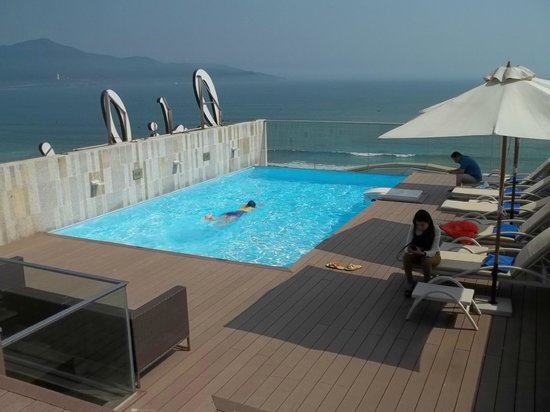 Holiday Beach Danang Hotel & Resort: The Sky Pool on the top of the hotel