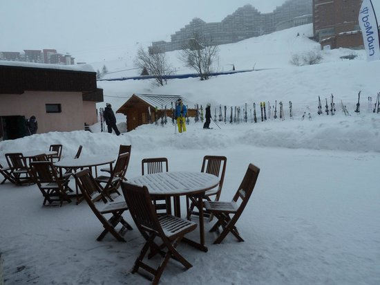 Club Med Aime la Plagne : Outside dining ares - view from within the dining room