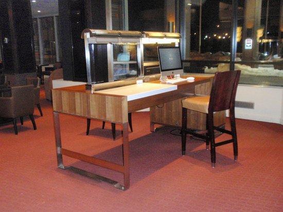 Hilton Newark Airport: Lobby business center