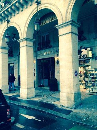 Hotel Brighton: Em frente ao metro Tuilleries