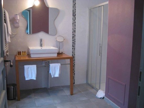 Hotel Chateau de Palaja a 5 kms de Carcassonne: Big bathroom - big bath to right of shot