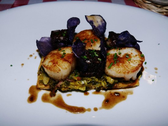 Chez Canaille: Noix de St Jacques sur tarte aux poireaux et boudin noir