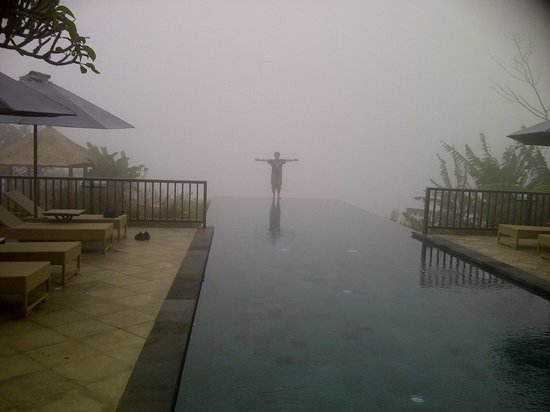 Munduk Moding Plantation: Infinity pool vanishing into the mist
