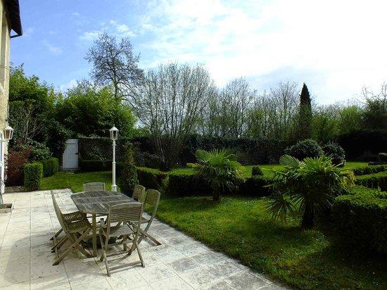 Le Clos Pasquier: Terrace off