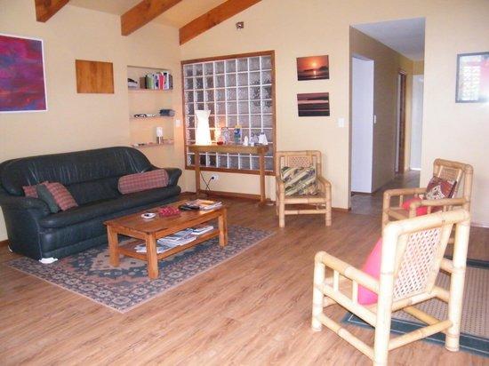 Puketi Heights B&B: Guest lounge