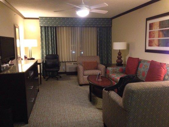 Crowne Plaza Anchorage-Midtown : Living Room in suite