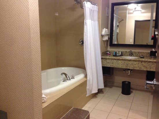 Crowne Plaza Anchorage-Midtown : Lovely bath with large jetted tub in Suite