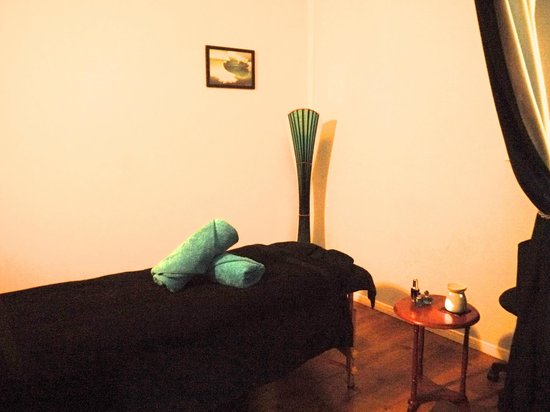 Oiled Massage Cairns: Massage room