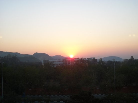 Red Fox Hotel Jaipur: Sunrise from the room