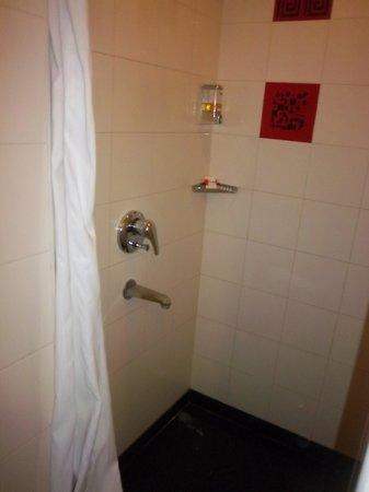 Red Fox Hotel Jaipur: The bathroom