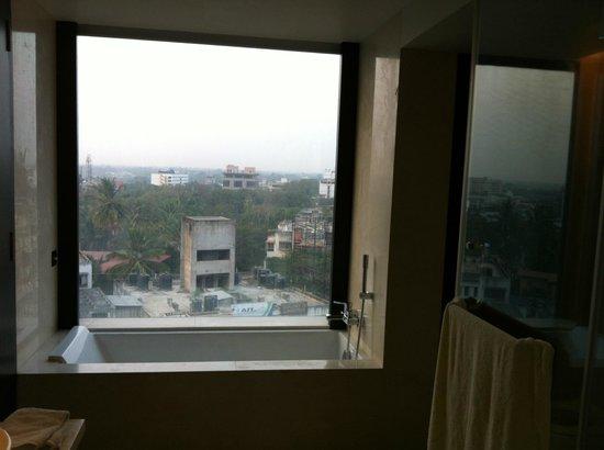 Crowne Plaza Pune City Centre: Window side Bathtub!