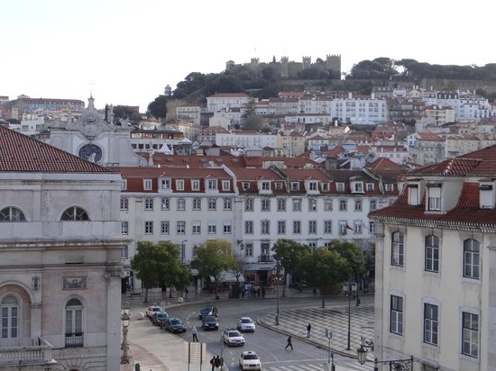 Lisbon Destination Hostel : Вид из номера на Замок Святого Георгия
