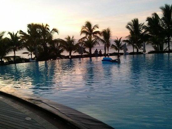 Victoria Beachcomber Resort & Spa : Piscina vista mare