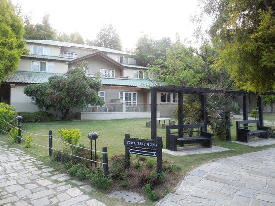 Club Mahindra Binsar Valley: central court