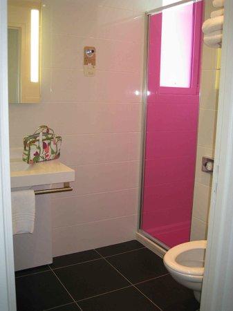 Ibis Styles Saumur Gare Centre : Hot pink in bathroom