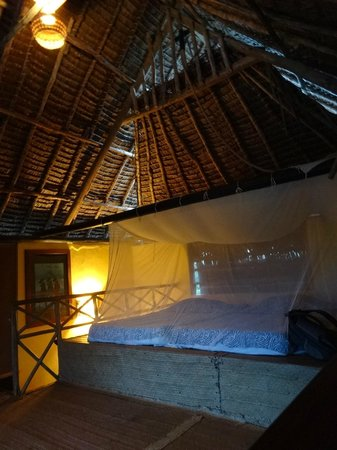 Kipepeo Beach Camp: Upstairs bed with mosquito net