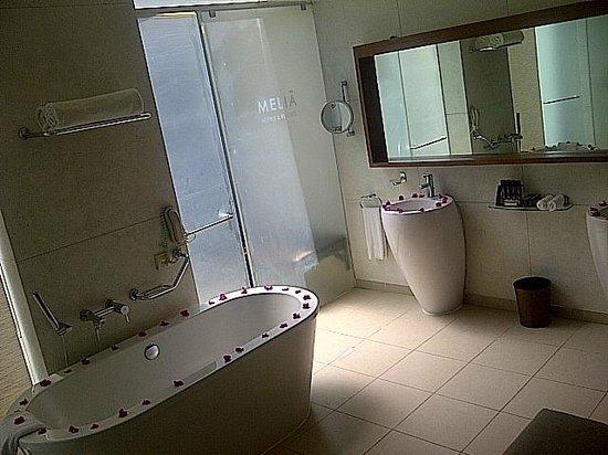 Melia Zanzibar: El Baño, con 2 duchas (1 exterior) y una bañera.