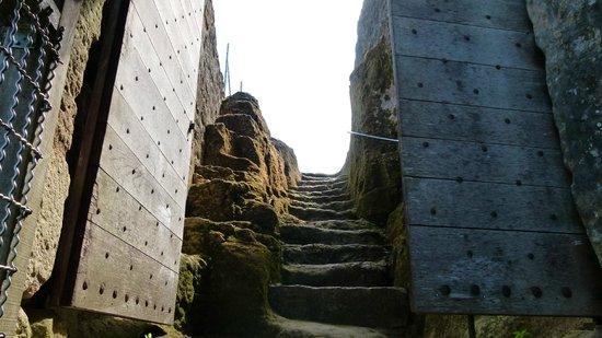 Château de Commarque : accès creusé à même le roc