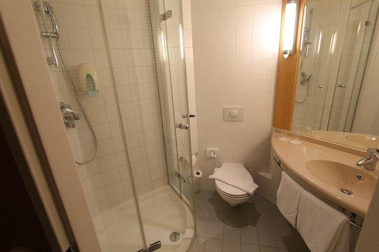 Ibis Bratislava Centrum: The bathroom.