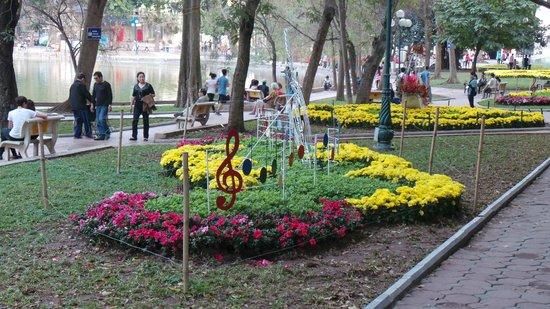 May de Ville Old Quarter Hotel : jardin autour du lac
