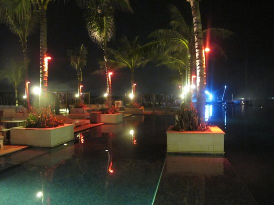 Lv8 Resort Hotel: @ Night