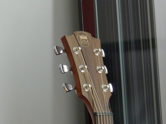 Le Royal Monceau-Raffles Paris : Guitar in room
