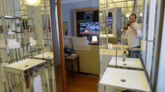 Le Royal Monceau-Raffles Paris : View from bathroom