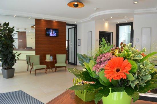 Augusten Hotel: гостиничный холл