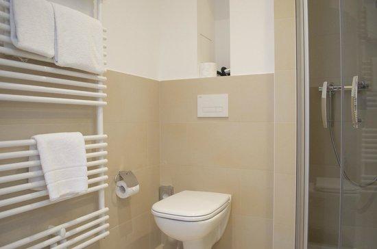 Augusten Hotel: ванная / WC